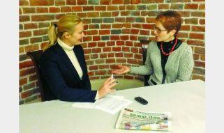 Головний редактор газети «Високий Замок» Наталія Балюк бере інтерв'ю у Надзвичайного і Повноважного посла США Марі Йованович (справа).