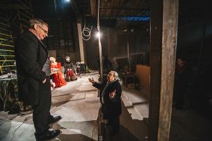 Віталій Малахов і його трупа на досі недобудованій сцені.